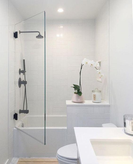 Mała łazienka z wanną - jak ją zaaranżować? | DeboweTarasy.pl