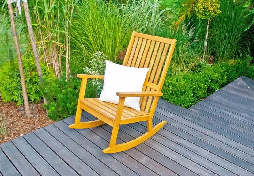 Fotel bujany z drewna akacjowego, fot. Ogrodosfera.pl