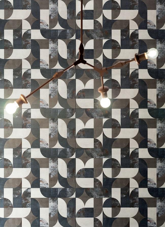 Wykorzystanie stylu miejskiego w nowoczesnej łazience – poprzecierane dekory
